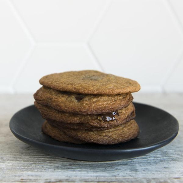 Six biscuits sont empilés sur une assiette.