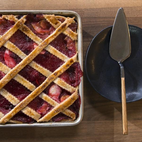 Une spatule est à côté de la tarte rectangulaire.