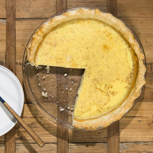 Une tarte, dont il manque un morceau, est sur la table.
