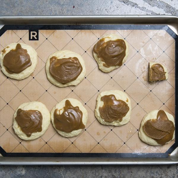 Les galettes sont sur une plaque à biscuits.