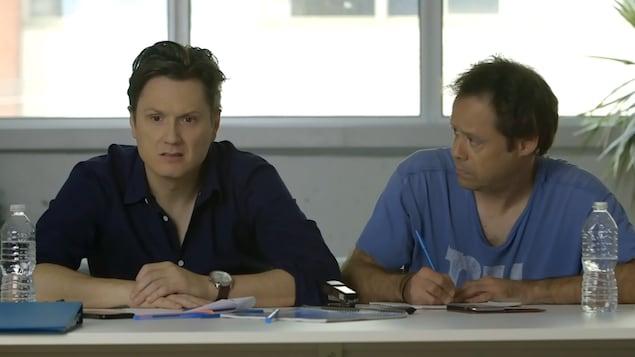 Les deux acteurs dans une scène de « En audition avec Simon »