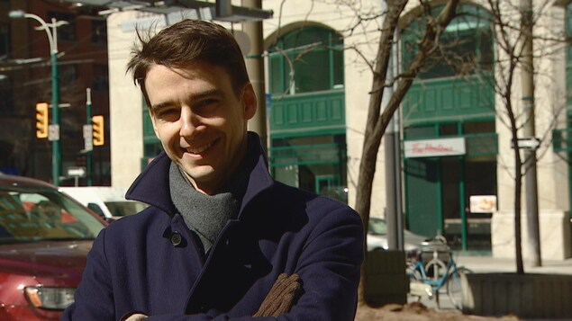 Alexandre, dehors dans une rue de Toronto