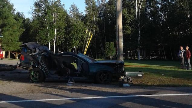 L'impact entre la voiture et un poteau est survenu sur la rue des Érables.