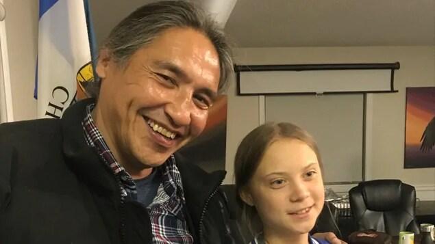 Allan Adam pose pour une photo en compagnie de Greta Thunberg.
