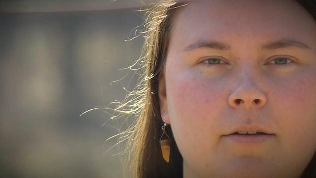 La poète Amber O'Reilly regardant l'objectif de la caméra.