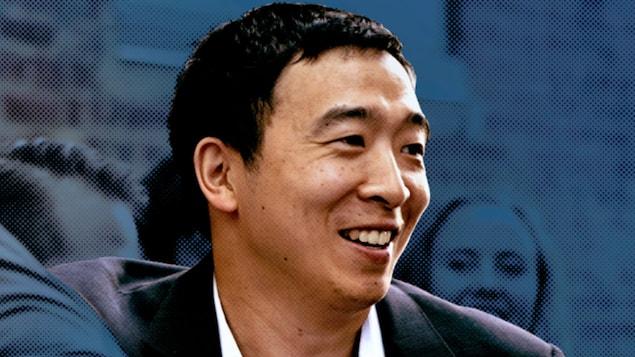 Andrew Yang, souriant, regardant vers la droite.