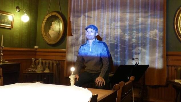 Un homme assis près des lumières qui tombent sur lui.