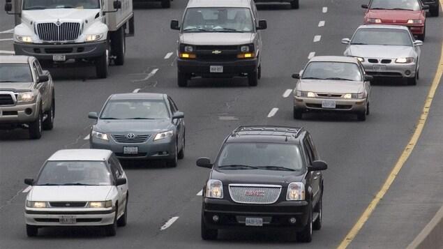 Des voitures roulent sur une autoroute.