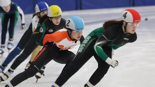 Ayisha Miao Qi patine au milieu de peloton de patineuse.