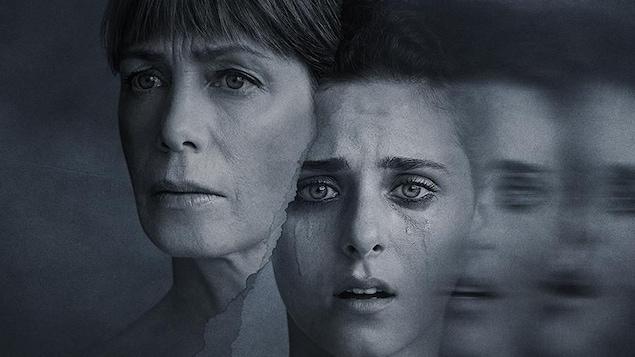 Photo en noir et blanc Nahéma Ricci, qui pleure, et de Céline Bonnier.