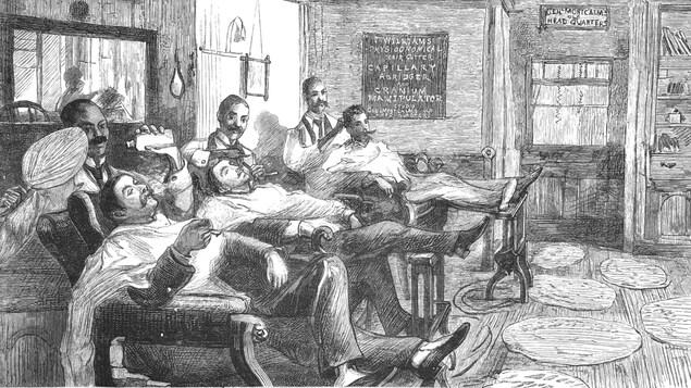 Des clients détendus se confient aux soins de trois barbiers dans un salon cossu du Vieux-Québec, au 19e siècle. Le barbier de gauche tient un miroir et une bouteille de lotion. On peut voir sur un tableau qu'on offre la manipulation crânienne et des coupes de cheveux adaptées à la physionomie des clients parmi les services. Un panneau au-dessus de la porte indique quartier général de Montcalm. On voit des tapis au sol, une bibliothèque, et un grand miroir.