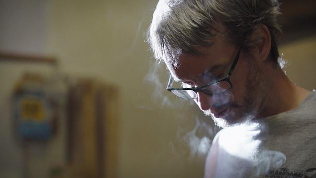 Portrait de Benoît Lavoie en train de travailler.