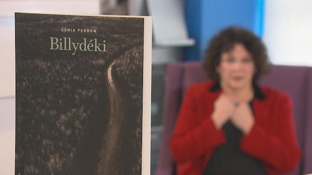 Le livre et l'auteure en arrière-plan