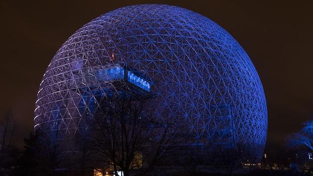 La Biosphère éclairée de nuit.