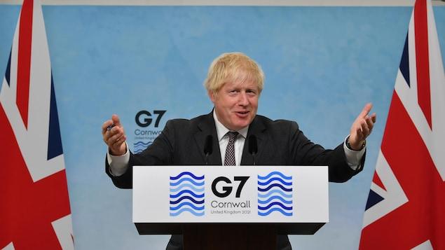 Boris Johnson s'exprimant à un pupitre.