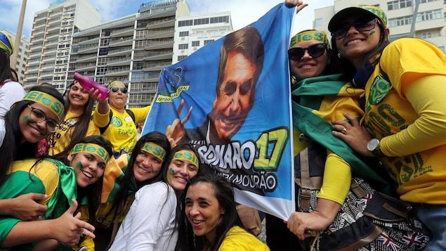 Des partisanes du candidat d'extrême droite à la présidentielle brésilienne Jair Bolsonaro lors d'une manifestation à Rio de Janeiro
