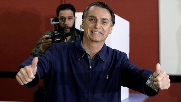 Jair Bolsonaro, candidat de l'extrême droite brésilienne, frôle dimanche soir une victoire dès le premier tour de l'élection présidentielle, les premiers résultats officiels le créditant de 49% des voix.