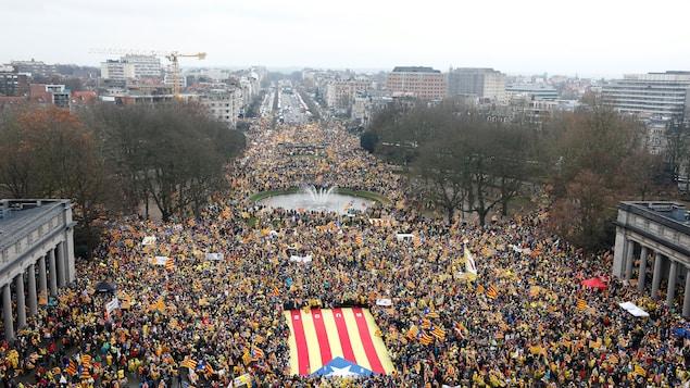 Vue aérienne de la grande place où se sont rassemblés près de 45 000 manifestants procatalogne à Bruxelles.