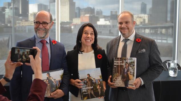 La mairesse et ses deux adjoints présentent le budget 2019 de la Ville aux photographes.