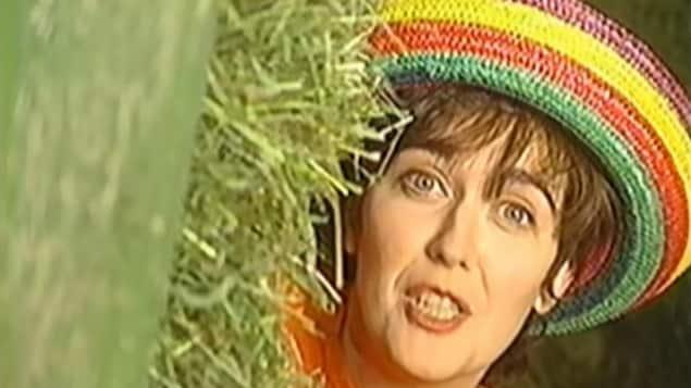 Carmen Campagne apparaît derrière une botte de foin dans un vidéoclip.