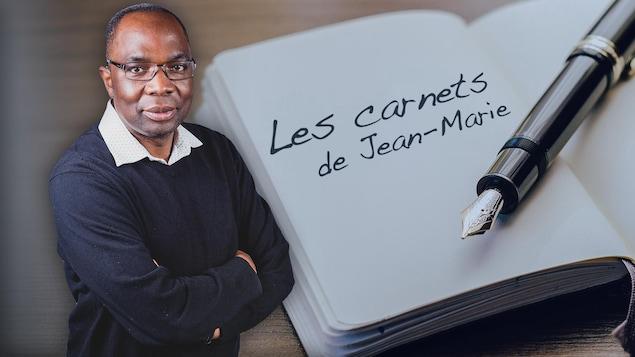 Un homme les bras croisés avec en arrière-plan un carnet de note et un stylo