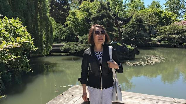 Une femme dans un jardin