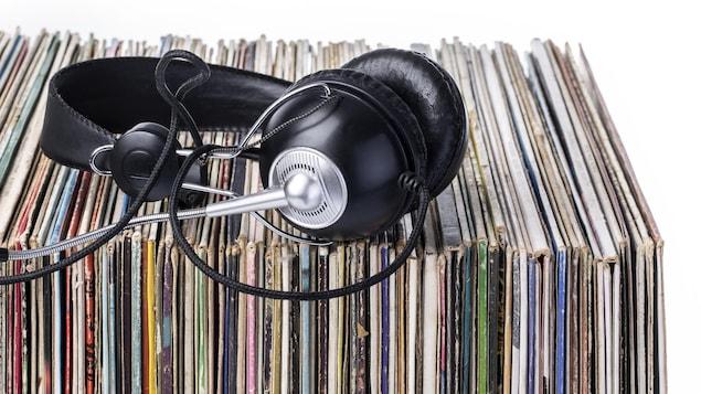 Un casque d'écoute est posé sur des disques vinyle.