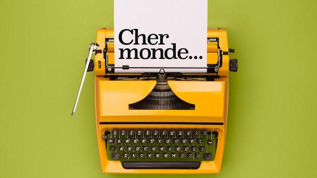 Image titre de la série Cher monde, sur laquelle on voit le titre tapé sur une une feuille dans une machine à écrire.