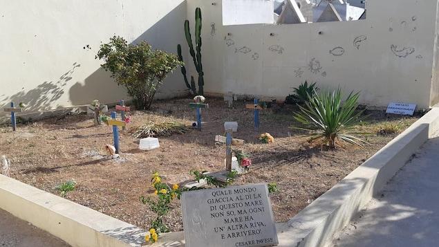 Des croix colorées dans une cimetière
