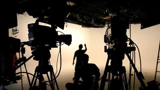 Silhouettes sur un plateau de tournage.