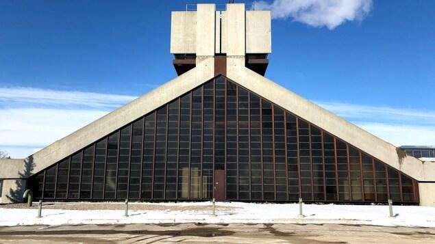 L'usine de chauffage et de refroidissement de l'Université de Regina sur un ciel bleu hivernal