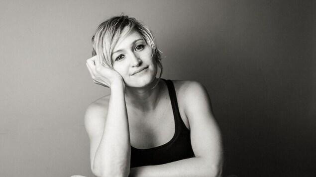 Dawn Birley sourit devant un mur.