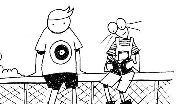 Un garçon et une fille sont assis sur une clôture. La fille lit un livre en souriant.