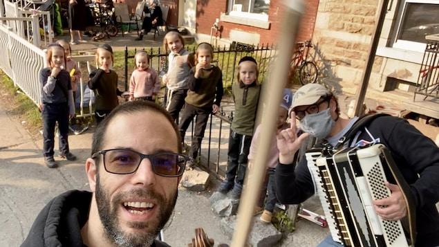 Deux adultes et sept enfants posent dans une rue de Montréal.