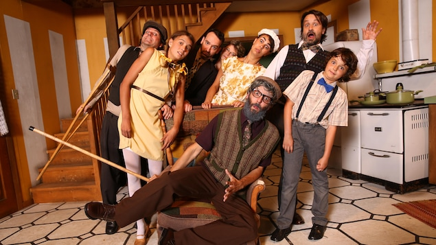 Les comédiens et comédiennes de «La route des légendes» sont dans une cuisine et sont penchés d'un côté en ayant l'air surpris.