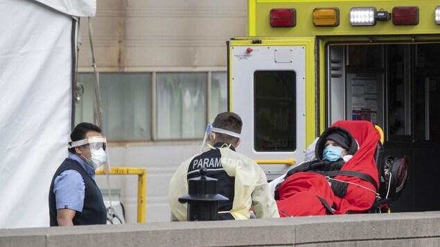 Des ambulanciers à la rescousse des infirmières au Québec
