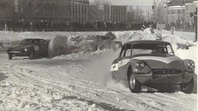 Deux pilotes négocient un virage pendant le Grand Prix Esso des Plaines d'Abraham en 1972.