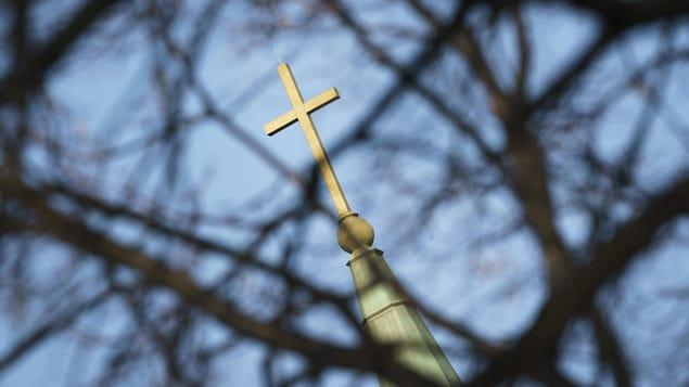 Une croix sur le toit du clocher d'une église catholique à Montréal.