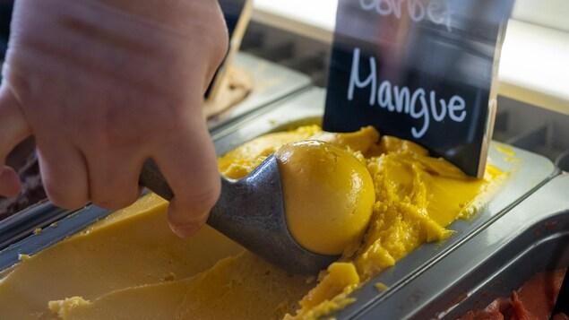 Une cuillère de sorbet à la mangue.