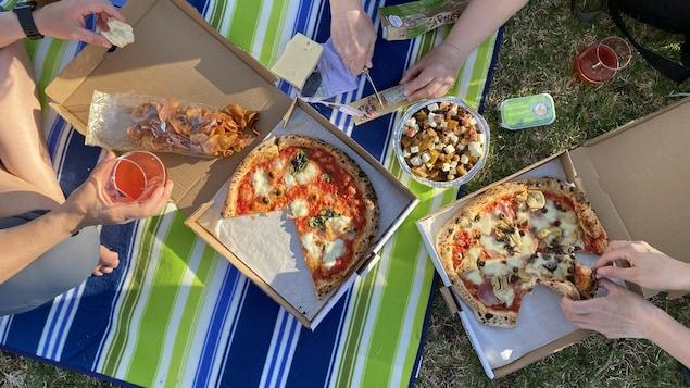 De la pizza dans un parc.
