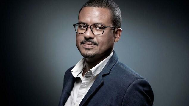 Portrait de David Diop, qui porte des lunettes.