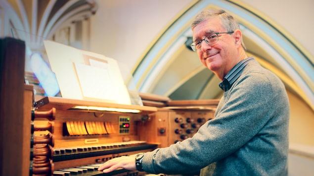 L'organiste Denis Bédard à l'orgue de la cathédrale Holy Rosary de Vancouver.