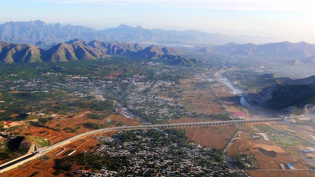 On voit un tronçon du projet de diversion entre les montagnes et une ville