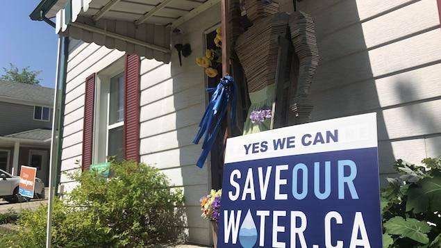 Une affiche  dit : « Sauvons notre eau».