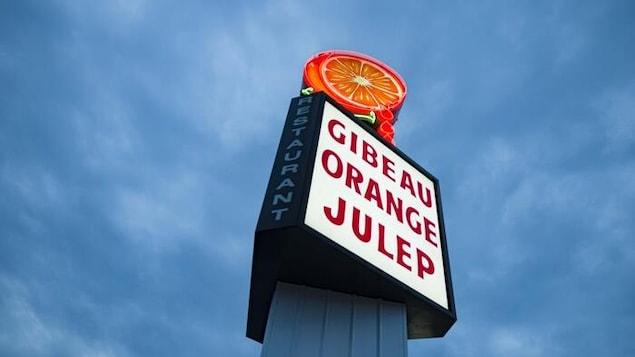 On peut lire «Gibeau Orange Julep» sur l'enseigne, surmontée d'une image d'orange coupée.