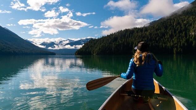 Une femme fait du canot dans l'ouest du Canada