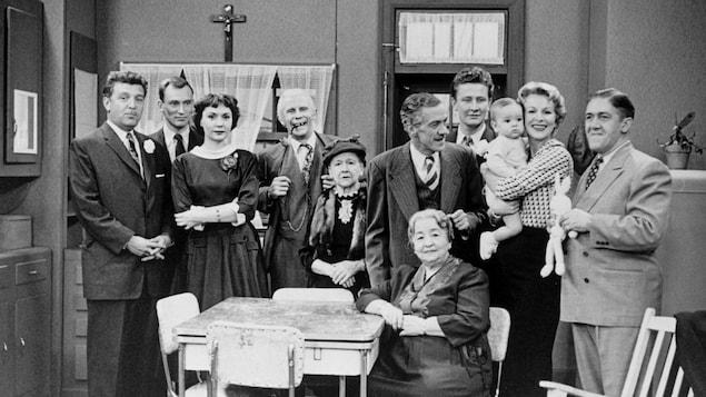 La famille Plouffe rassemblée dans la cuisine familiale