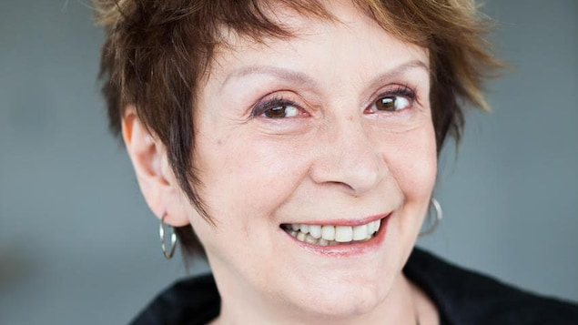 Portrait en couleur de l'auteure et comédienne Fanny Fennec, sur fond gris