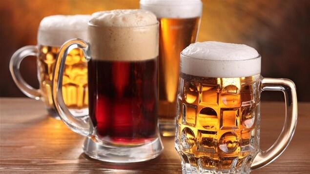 Des chopes de bières