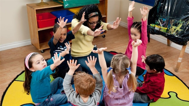 Des enfants jouent dans une garderie.